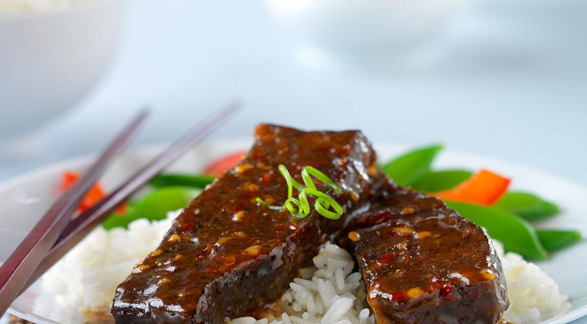 Сладкие пикантные ребра из американской говядины в азиатском стиле