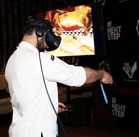 Шеф-повар участвует в демонстрации говядины в США в виртуальной реальности